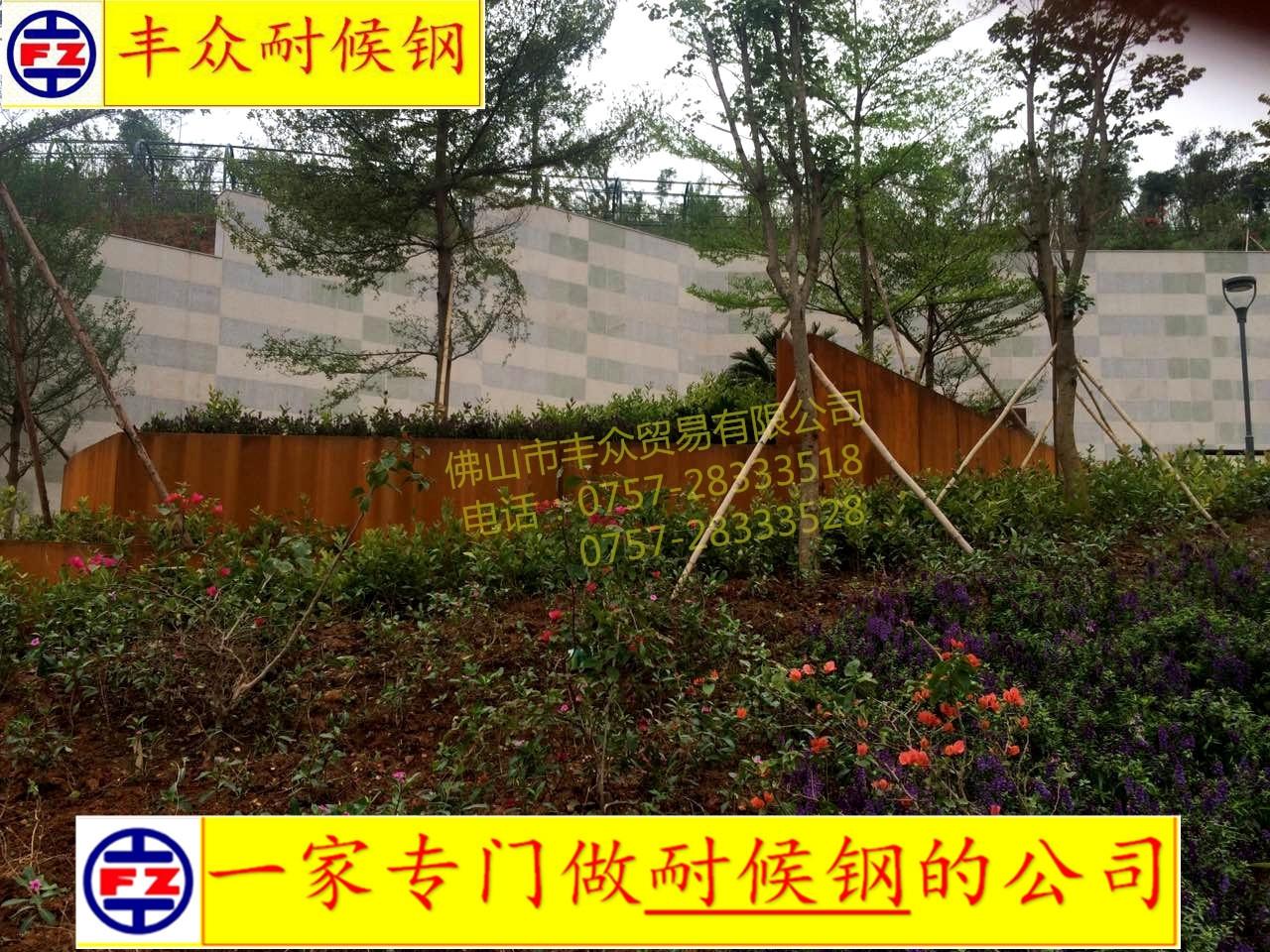 """在紫薇园,还有别具特色的""""紫薇流觞""""松木桩走道,该走道由米石和木桩"""