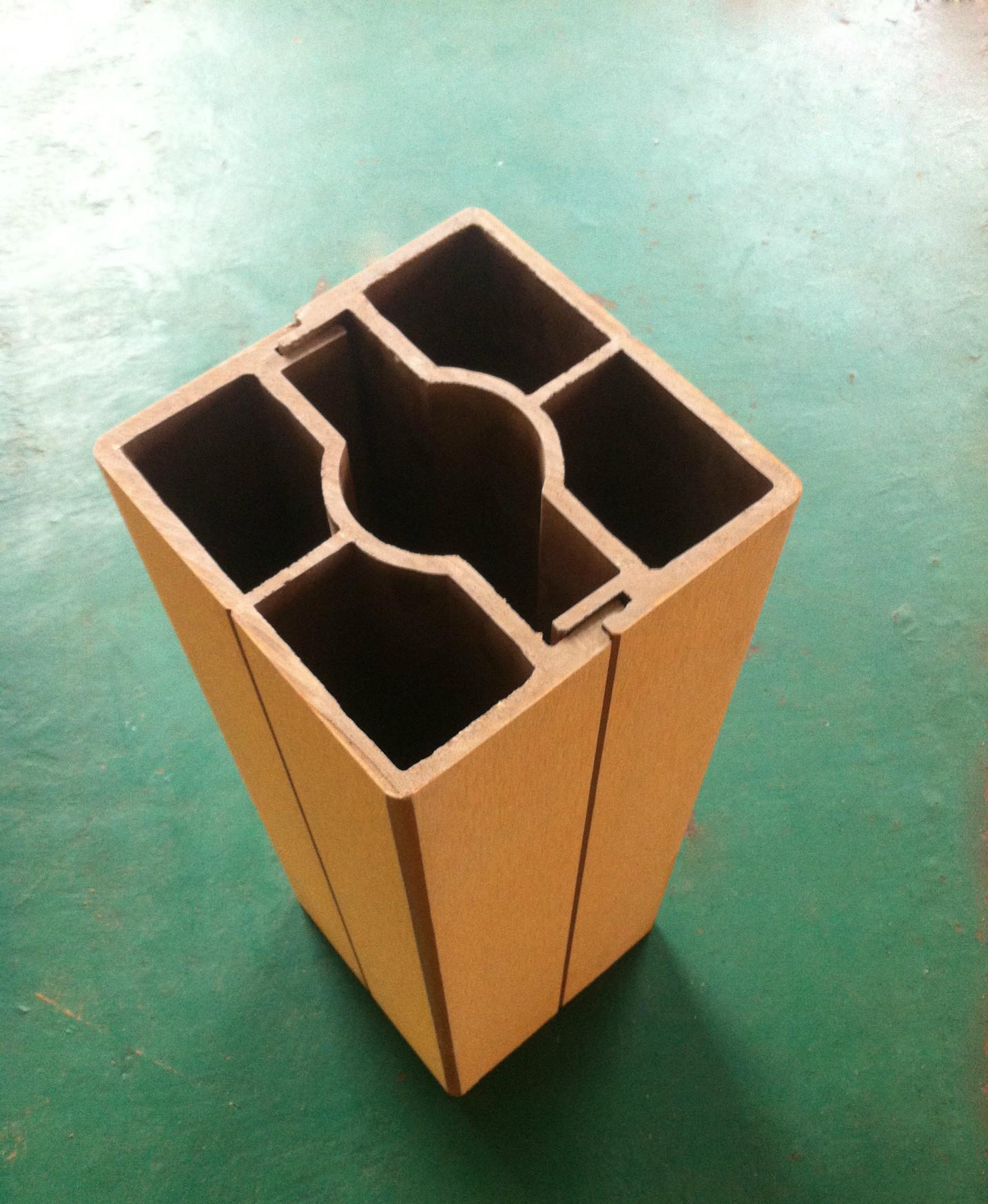 禾灃高纖維聚酯木產品,采用PVC 雙層共擠 的生產工藝,包覆層中添加了德國進口的抗氧劑、UV防曬和穩定劑,德國原裝進口的色粉。使產品在戶外使用顏色更穩定、耐候性能更強。微發泡的生產配方使產品輕便、強度高耐沖擊、不易斷裂和變形。全部采用全新的PVC料,配以純楊木粉和純竹粉,無論用在高檔別墅、各種商業空間還是家庭墻面裝修都是你最放心最理想的選擇。木塑的零甲醛排放,符合時尚環保概念。是全國乃至全世界裝修用材的首推產品。 簡樸復古的外觀,保證5年以上不變形不褪色,既環保又美觀,符合國家可持續發展戰略方針 既有木