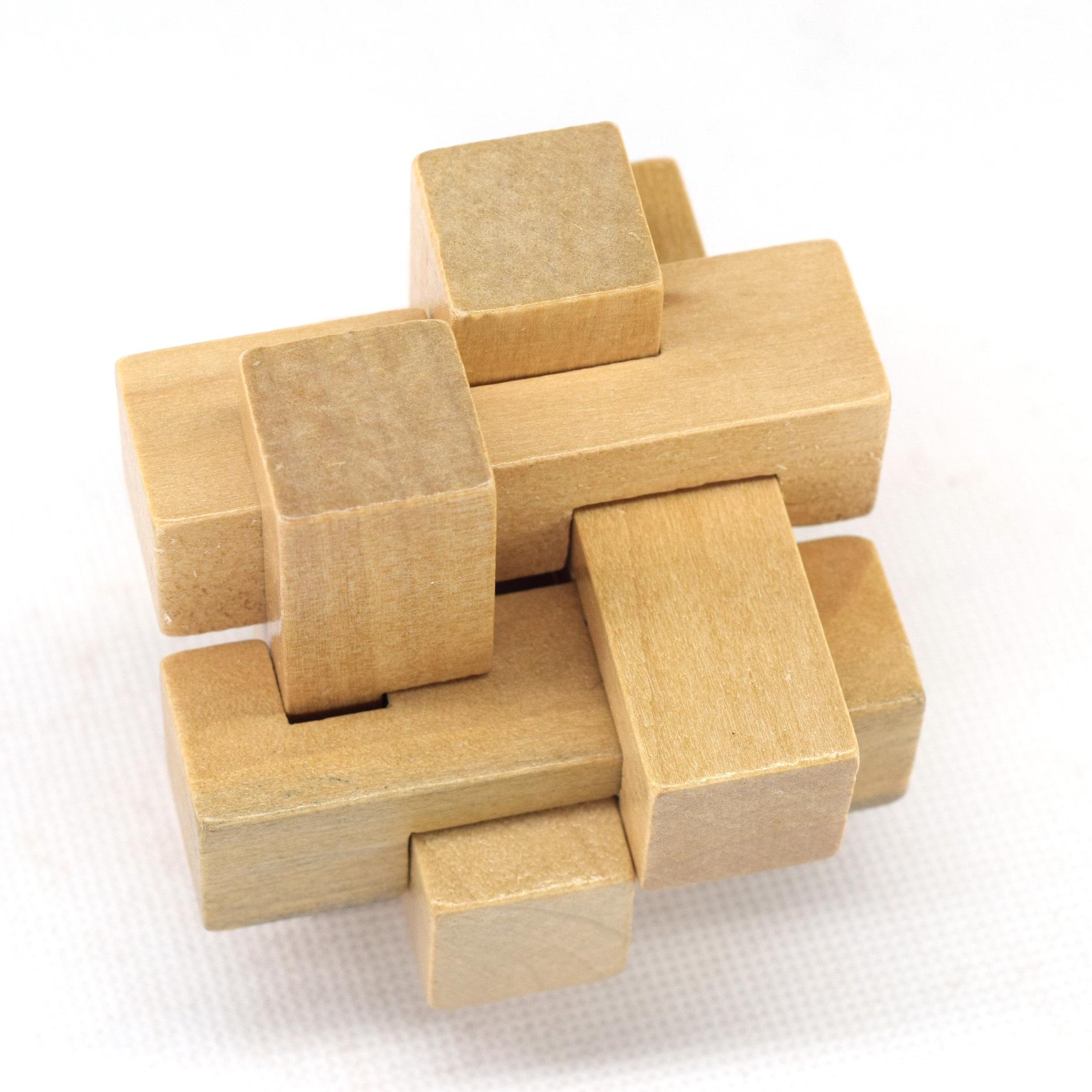本店实物自行拍图盗图必究!!!           信息简介    你能在没有钉子和胶水的情况下,把这些木条交叉固定在一起吗?   早在两千多年前,古人就已经发明了一种特殊的咬合方式,把这些木条巧妙的垂直相交固定在一起,这种咬合在建筑上被广泛采用,在古代小至桌子、凳子,大到皇宫大殿,都是用这种方式制作与建造的。   鲁班锁也称孔明锁、别闷棍、六子联方、莫奈何、难人木等,传说是春秋时代鲁国工匠鲁班为了测试儿子是否聪明而制作的木制玩具,叫儿子拆开,儿子忙碌了一夜,终